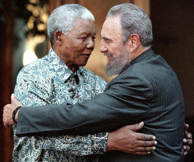 Lãnh tụ Fidel ôm cựu Tổng thống Nam Phi Nelson Mandela trong chuyến thăm nhà riêng của ông Mandela ở Houghton, Johannesburg năm 2001.