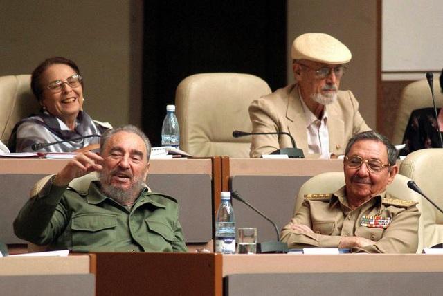 Vì lý do sức khỏe, đến năm 2006, ông Fidel Castro đã tạm chuyển giao quyền điều hành đất nước cho em trai Raul Castro, khi đó là Phó Chủ tịch thứ nhất Hội đồng Nhà nước Cuba.