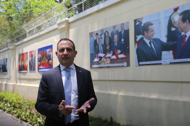 Đích thân Tổng lãnh sự Vincent Floreani giới thiệu cho những người tham quan triển lãm về nội dung, dấu mốc quan trọng của từng bức ảnh.