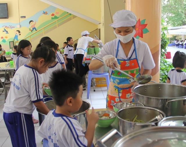 Bữa ăn trưa của học sinh tiểu học ở TPHCM