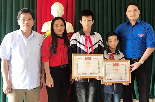 Hai em Nam và Nghĩa nhận giấy khen của Huyện đoàn Hương Sơn