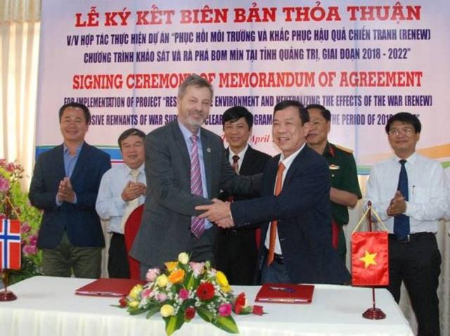 Đại diện lãnh đạo tỉnh Quảng Trị và tổ chức NPA thỏa thuận hợp tác khắc phục hậu quả chiến tranh