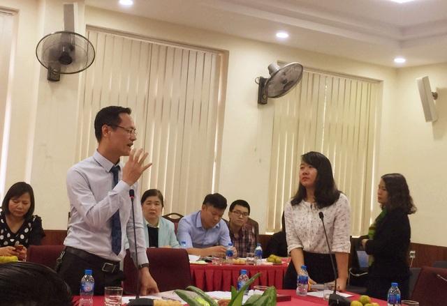Nhà tuyển dụng và sinh viên đối thoại tại hội nghị.