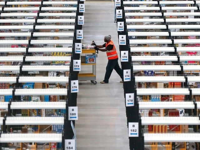 Một nhân viên làm việc tại nhà kho của Amazon.