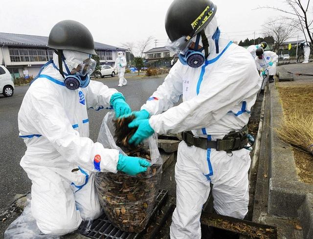 Các nhân viên Nhật Bản dọn dẹp tại Fukushima sau thảm họa hạt nhân năm 2011 (Ảnh: AFP)