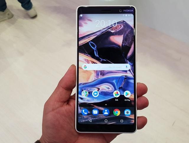 Nokia trang bị cho máy màn hình tràn viền 6 inch, độ phân giải Full HD+, tỉ lệ 18:9 và độ sáng khá cao lên đến 500 nits. Màn hình này bo cong nhẹ về khung viền giúp cho khả năng cầm nắm khá tốt, không cấn tay.