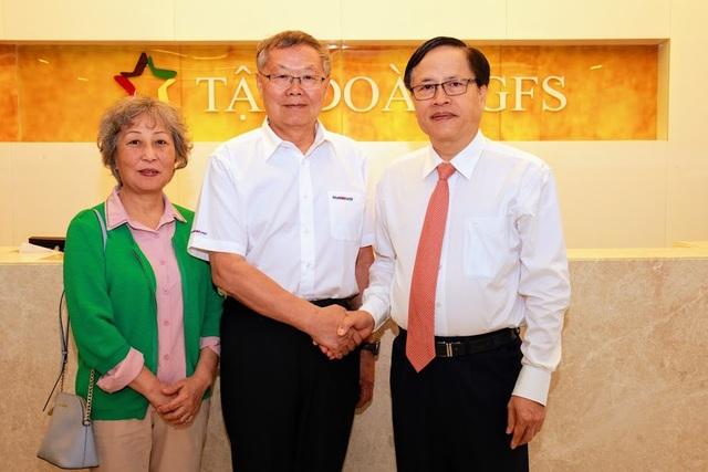 Chủ tịch Tập đoàn GFS chụp ảnh lưu niệm cùng ông He Qing Hua, Chủ tịch Hội đồng quản trị Tập đoàn Sunward và phu nhân.