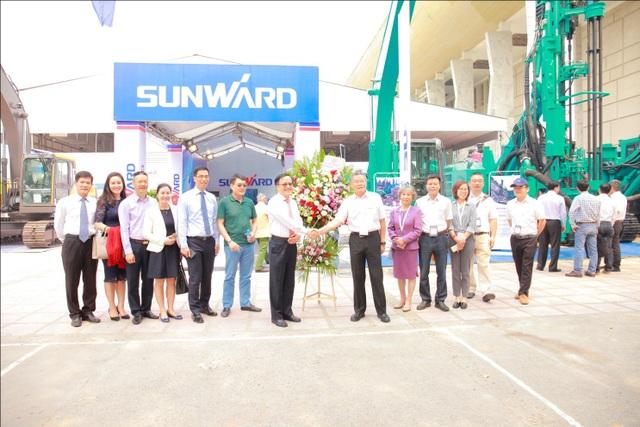 Lãnh đạo hai Tập đoàn tham quan gian hàng triển lãm của Sunward tại Hà Nội