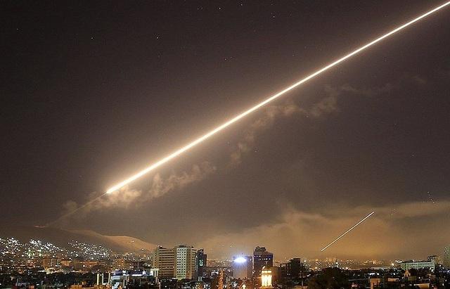 Tên lửa vụt sáng trên bầu trời thủ đô Damascus, Syria trong cuộc không kích hôm 14/4 (Ảnh: AP)