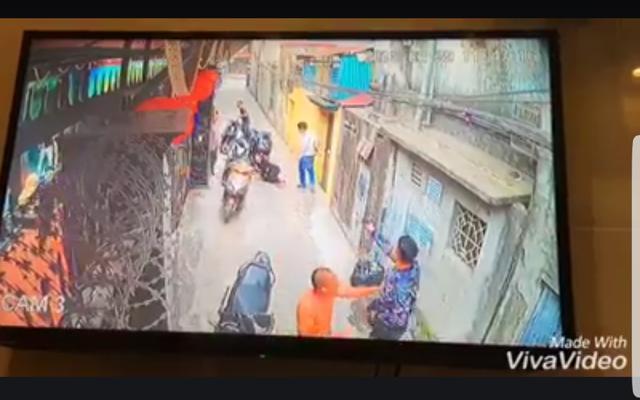 Sau tiếng súng nổ, người phụ nữ ngã gục xuống đường (ảnh cắt từ clip Facebook)