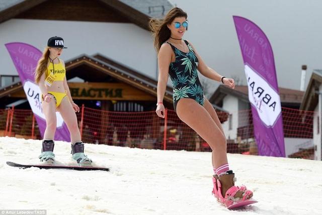 Dàn mỹ nhân diện bikini trượt tuyết gây sốt - 7