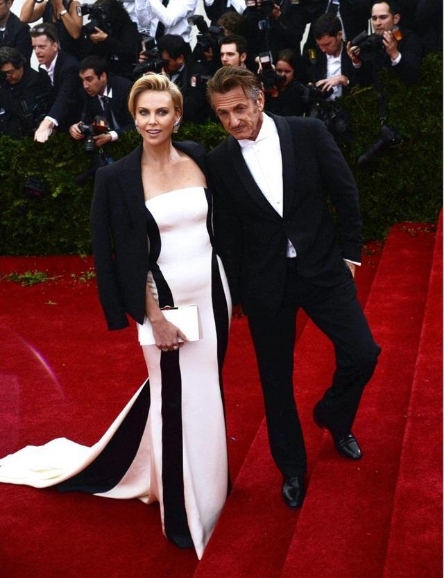 Nữ diễn viên Charlize Theron, 42 tuổi, và nam diễn viên Sean Penn, 57 tuổi