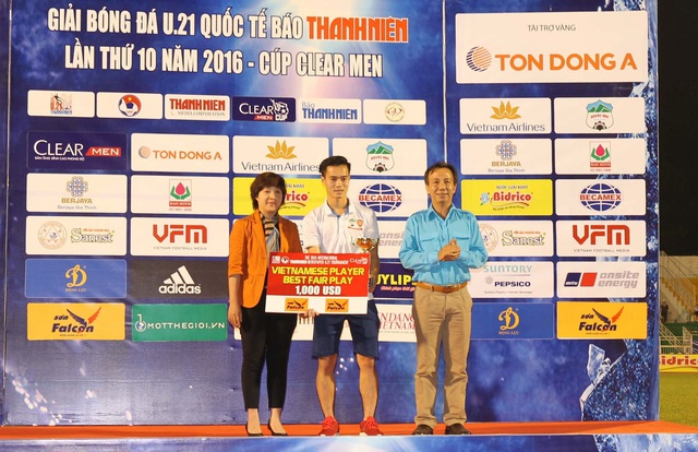 Bà Ngô Hồng Vân (trái) tại giải U21 quốc tế 2016, lần đầu tiên Sơn Falcon tham gia tài trợ