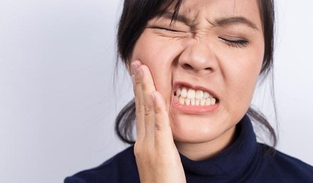 Các biến chứng tiềm ẩn sau khi nhổ răng khôn bao gồm nhiễm trùng hoặc khô ổ răng.