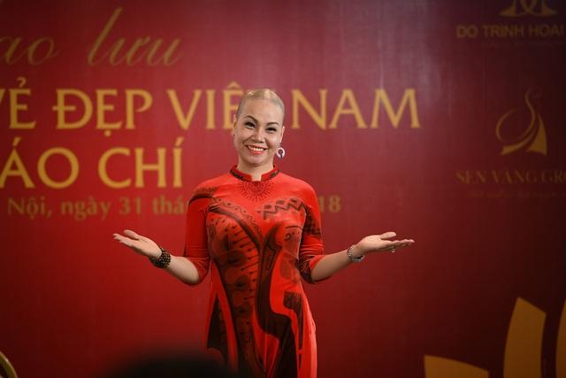 Diễn giả Hoàng Thái gây chú trong mẫu áo dài của NTK Đỗ Trịnh Hoài Nam.