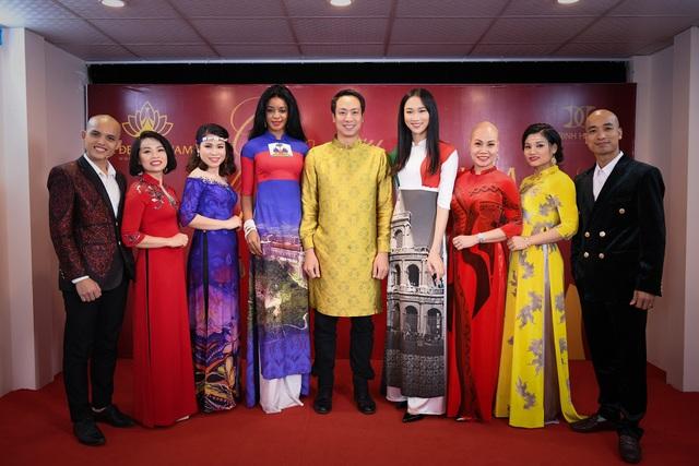 Phu nhân đại sứ Haiti (thứ 4 từ trái sang) rạng rỡ trong tà áo dài Việt.