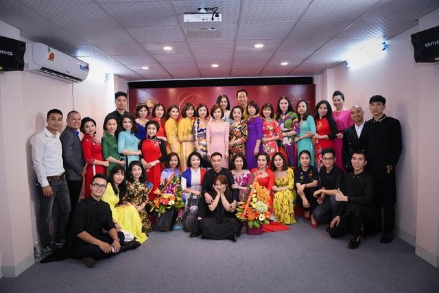 Các doanh nhân lần đầu tiên catwalk trong mẫu áo dài của NTK Đỗ Trịnh Hoài Nam.