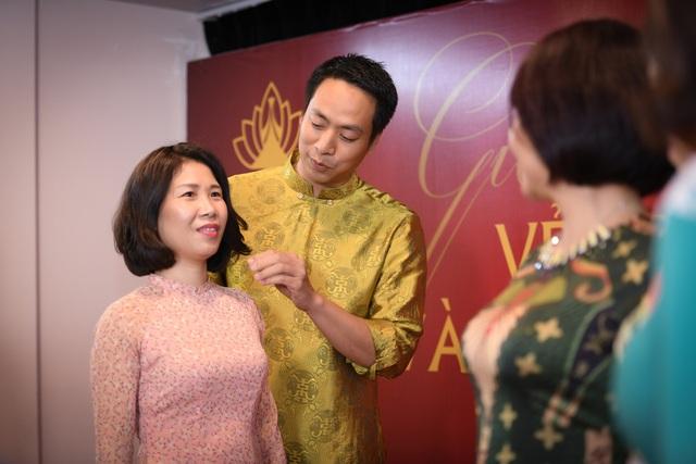 Đạo diễn Quang Tú hướng dẫn các doanh nhân lần đầu tiên đi catwalk.