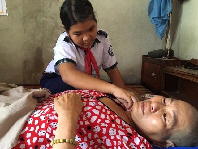 Rơi nước mắt cảnh 3 chị em bán vé số mong cứu mẹ bệnh liệt giường - 3