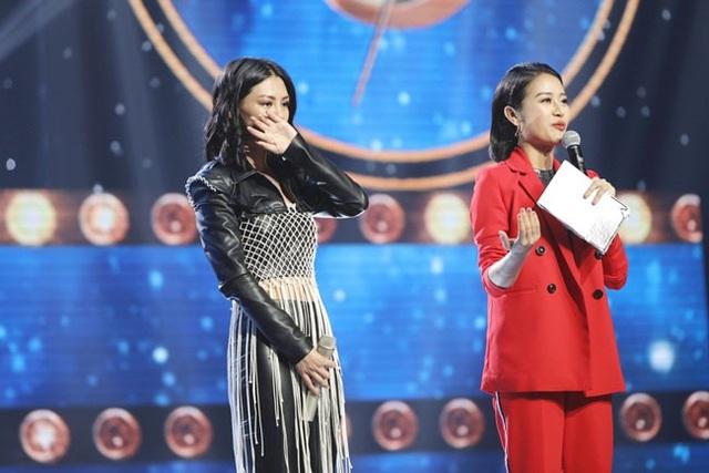 Lan Hương bật khóc trên sân khấu.