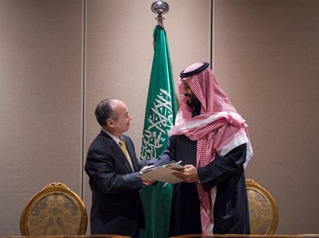 Thái tử Ả Rập Xê Út Mohammed bin Salman Al Saud và Giám đốc điều hành Softbank Masayoshi Son kí thỏa thuận hợp tác ở New York ngày 28 tháng ba.