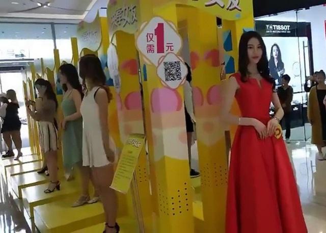 Nhiều cô gái xinh đẹp đứng xếp hàng tại trung tâm thương mại
