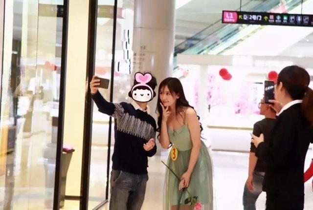 """Một chàng trai tặng hoa hồng và chụp ảnh selfile cùng """"bạn gái"""""""