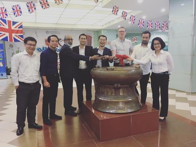 Giáo sư Gregory Sporton (thứ ba, bên phải sang) cùng các giáo sư trường Đại học Greenwich UK trong chuyến thăm định kỳ Đại học Greenwich (Việt Nam).
