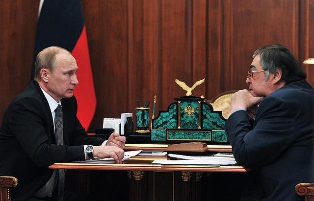 Tổng thống Nga Vladimir Putin (trái) và cựu Thống đốc vùng Kemerovo, ông Aman Tuleyev (Ảnh: TASS)