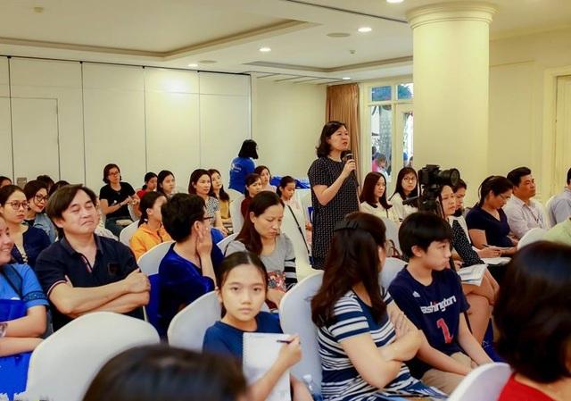 Phụ huynh chăm chú lắng nghe ý kiến từ các diễn giả và đặt câu hỏi tương tác.