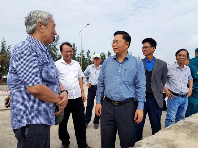 Lãnh đạo tỉnh Quảng Nam và các chuyên gia khảo sát tuyến kè bị sụt lún