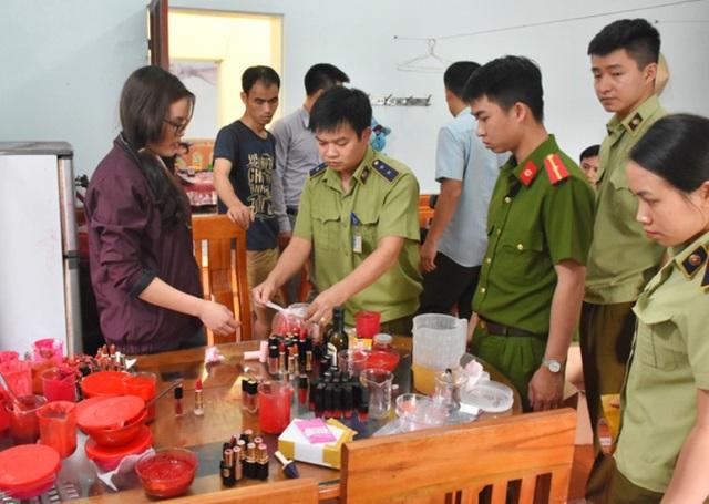 Cơ sở sản xuất son ngay trong bếp ăn của gia đình bà Trương Thị Sen