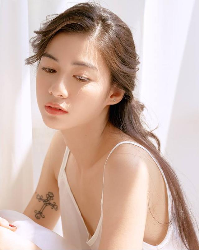 Sau khi lên báo, Nguyễn Vi thường được mời làm người mẫu ảnh. Càng ngày, thần thái của Vi càng xuất sắc hơn trước.