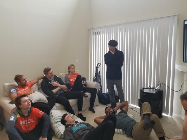 Cảnh một buổi dạy về chiến thuật của các game thủ thuộc đội San Francisco Shock.