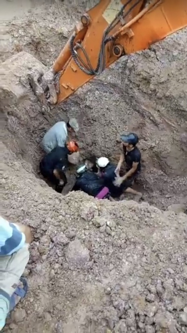 Người dân tiếp cận hỗ trợ đưa nạn nhân lên khỏi mặt đất
