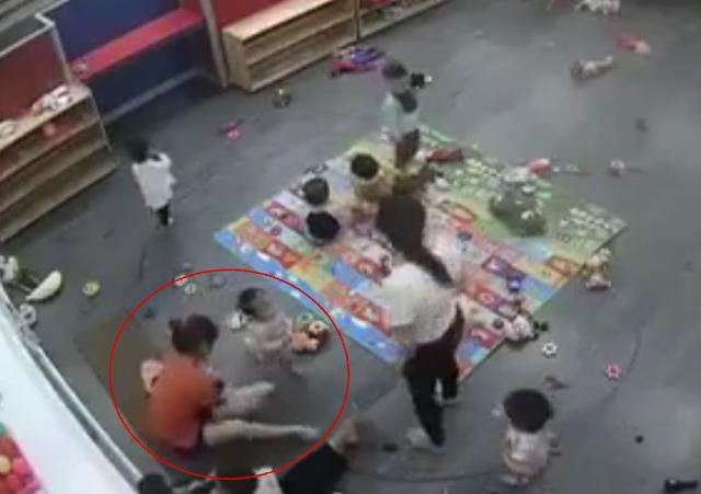 Cô giáo đánh đập học sinh.
