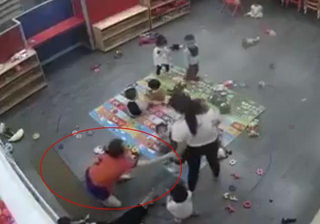 Hình ảnh nữ giáo viên đánh liên tiếp vào cháu bé khiến không ít người bức xúc (ảnh cắt từ clip).