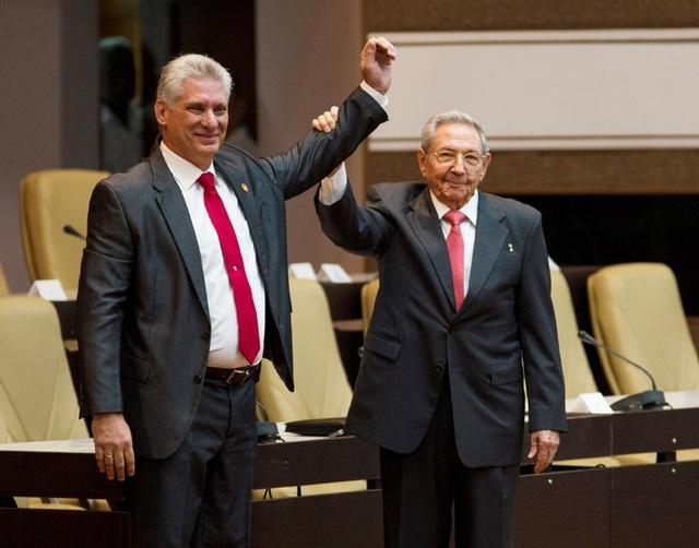 Ông Raul Castro chúc mừng ông Miguel Díaz-Canel sau khi ông được bầu làm Chủ tịch Cuba (Ảnh: Reuters)