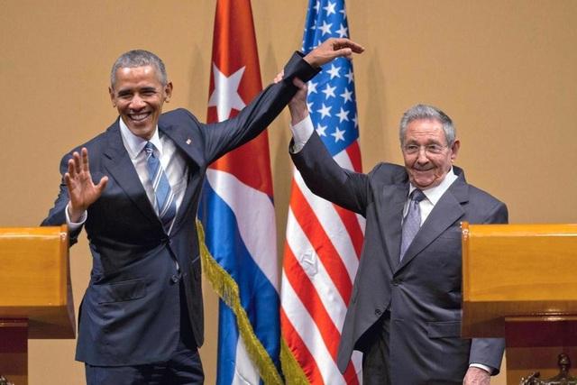 Ông Raul Castro nắm tay cựu Tổng thống Mỹ Barack Obama trong cuộc họp báo chung tại Havana năm 2016 (Ảnh: AP)