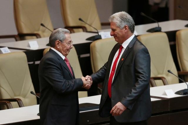 Cái bắt tay chuyển giao giữa hai nhà lãnh đạo Raul Castro và Diaz-Canel (Ảnh: Reuters)