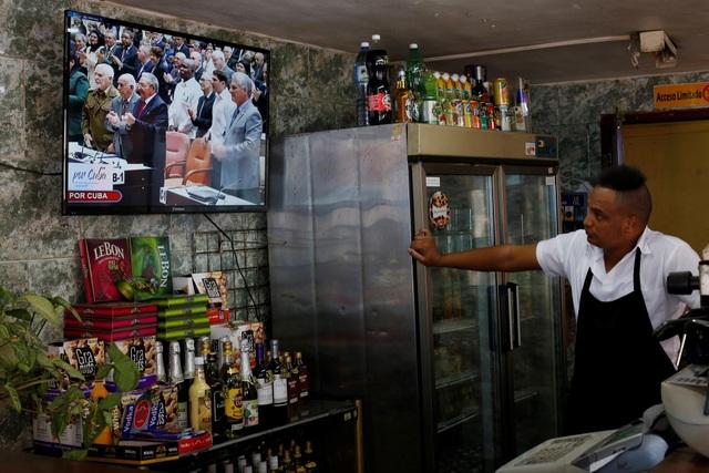 Người dân Cuba theo dõi phiên họp Quốc hội bầu tân Chủ tịch hôm 18/4 (Ảnh: Reuters)