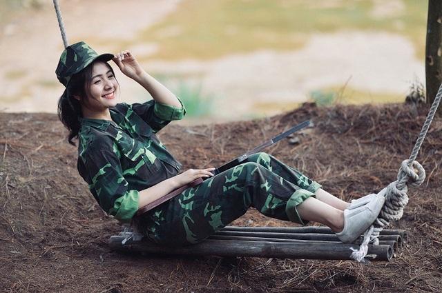 Chia sẻ về ý tưởng bộ ảnh, Thu Giang cho biết bộ ảnh được chụp vào ngày 15/4 vừa qua với mong muốn thông qua hoạt động này có thể thể hiện được tình đồng chí, đồng đội đoàn kết cùng chiến đấu, cùng nhau vượt qua khó khăn.