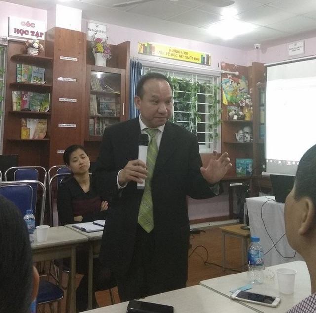 Ông Phillip Nguyen, người sáng lập ra GWIS đang giải thích cho phụ huynh tại Trường Newton. (Ảnh: Mỹ Hà)