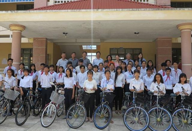 Hàng trăm học sinh khó khăn ở hai tình Phú Yên, Bình Định nhận học bổng hỗ trợ học tập
