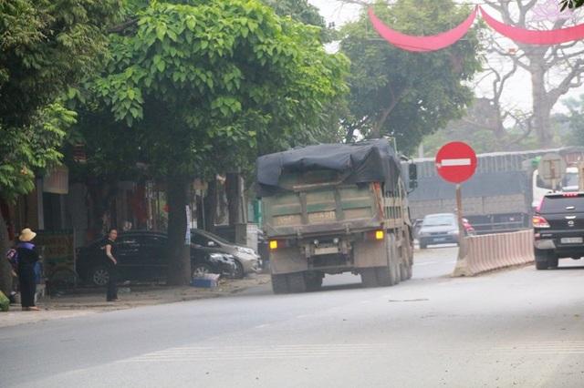 Xe tải 35C - 066.80 đi ngược chiều mà báo Dân trí phản ánh đã bị CSGT xử phạt 1 triệu đồng, lái xe bị tước Giấy phép 2 tháng.