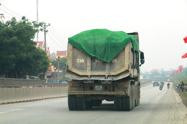 Hình ảnh xe quá tải tung hoành trên đường mà báo Dân trí phản ánh.