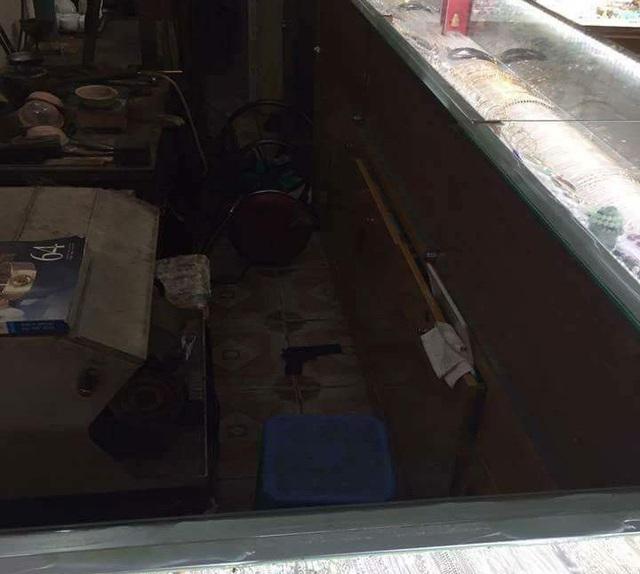 Khẩu súng của nghi phạm dùng để đe dọa chủ tiệm vàng (Ảnh: Người dân cung cấp).