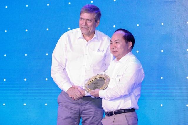 Ông Bùi Văn Hữu (trái), chủ tịch TMT Motors bắt tay Tổng Giám đốc điều hành Tata Motors Guenter trong lễ khánh thành chi nhánh đạt tiêu chuẩn quốc tế 3S do TMT Motors trực tiếp đầu tư.