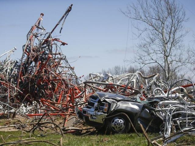 Hình ảnh ghi lại từ hiện trường cho thấy một xe ô tô bị biến dạng dưới lớp kim loại do tháp đổ sập.
