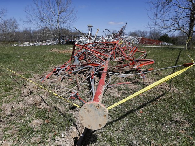 Một công nhân đã thiệt mạng khi tháp đổ sập và thi thể bị mắc kẹt trong đống đổ nát gồm kim loại và dây điện.